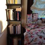Esterno, giardini e biblioteca in sala colazione