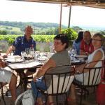 Petit-Déjeuner à la Villa Zaphira, avec la patronne des lieux (debout sur la photo)