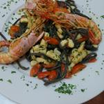 Espaguetti al negro de sepia con calamares y tomate cherry