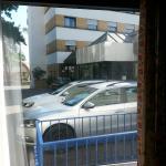 Ebenerdiges Fenster zum Parkplatz