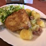 Schabowy z ziemniakami i surówka