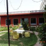 Столик во внутреннем дворе