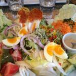 La Salade Au village : Tome (de Savoie), oeuf mollet, concombre, salade verte, carottes rappées,
