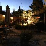 Zona del jardín por la noche.