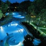 Panoramica notturna piscina esterna