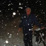 Entrada del hotel en plena nevada.-