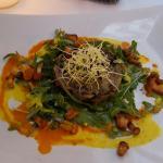 roastbeef maki - pulpo und Garnele auf Salat - Melanzanie -Tartar