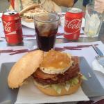 Hamburguesa ibérica: con jamón, queso de cabra, cebolla caramelizada, tomate y lechuga. Delicios