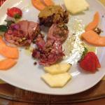 Secondo piatto:tonno scottato con tortino e frutta.delizioso