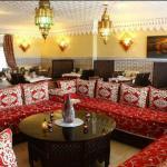 La salle avec son beau salon confortable, idéal pour prendre le thé ou l'apero �� Il y a égalem