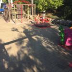 Giostrine per bimbi con pavimento in cemento!