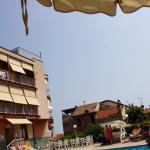Die ersten drei Bilder zeigen den Blick aus Raum 201, den Pool und den Blick vom Pool auf das Ge