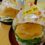 チーズベーコンハンバーガーとチーズチキンバーガー