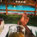 Un trago en la piscina al aire libre