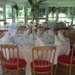 le chapiteau avec les tables (dressées par le traiteur de la famille)