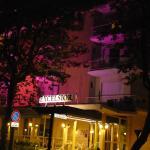 Entrée de l'hôtel avec façade illuminé en rose