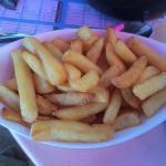 Portion de frites servie avec les moules