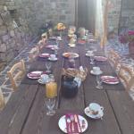 Der gedeckte Frühstückstisch. Mit frisch zubereiteten Säften (z.B. Apfel-Melone), selbstgemacht
