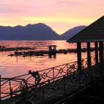 zonsondergang bij waterfront restaurant