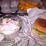 Salade avec bcp de sauce et cheseburger