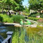 В этих каноэ-крокодильчиках внутри вода, ребенка пришлось сушить на солнышке после поездки