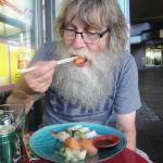 Lasse testar sushi för första gången