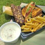 サンドイッチを持ち帰りにして、ビーチ沿いのパークでピクニック♪手前のスープは、コンビニで買ったものです。