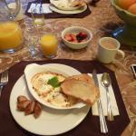 麵包(烤過卻柔軟新鮮)、蛋(不可思議)、香腸、水果(草莓超好吃)、起士、咖啡(什麼ROSE的豆)、鮮奶、果汁。