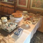 ontbijtbuffet, alles vers, met zelfgebakken taart