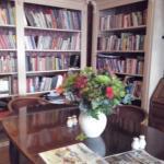 La biblioteca ricchissima di libri e giochi anche per bambini.