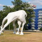 Giraffenkunstwerk mit Hotel im Hintergrund