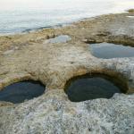 Интересные дырки, видимо, вулканического проишождения. В них много крабов.