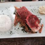 Salmone e formaggio piccante e hamburger d'anatra con patate