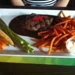 Steak tendre, patates douces frites et legumes grilles à point