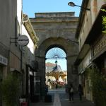 Calle peatonal y arco