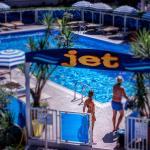 I clienti si godono la piscina