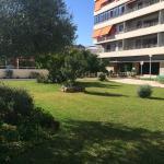 Exteriores del complejo. Jardines y dos zonas de baño: una que incluye piscina infantil y la otr
