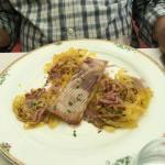 Aile de raie, sauce au vin rouge, lardons et tagliatelles