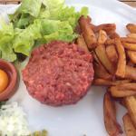 Steak tartare au couteau. Assiette de charcuterie. Hamburger au beau.