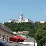 pohľad na kláštor z dediny