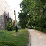 chodník vedúci okolo hradieb