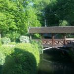 Übderdachte Brücke auf dem Hotelgelände