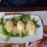 Chèvre chaud à l'italienne Tartines de pain ciabatta aux olives agrémentées de crème ricotta aux