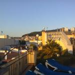 Крыша отеля: бассейн, зона с шезлонгами