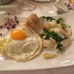Piccola tartare di Chianina, insalata d'asparagi e uovo di quaglia in tegame