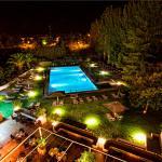 Vistas nocturnas de la terraza piscina
