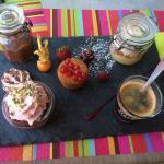 Le cadre, le dessert gourmand et la salade de la mer