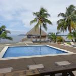 zona de piscinas y restaurante sobre el mar
