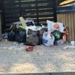 dépôt de poubelles en plein camping ! imaginez avec la chaleur les odeurs ! quel manque d'hygièn