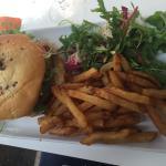 Burger bacon et salade poulet